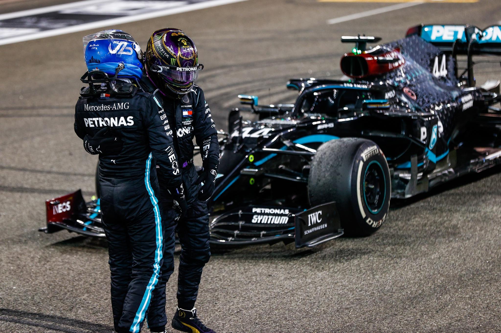 Valtteri Bottas (FIN) Mercedes AMG F1 and Lewis Hamilton (GBR) Mercedes AMG F1 in parc ferme.
