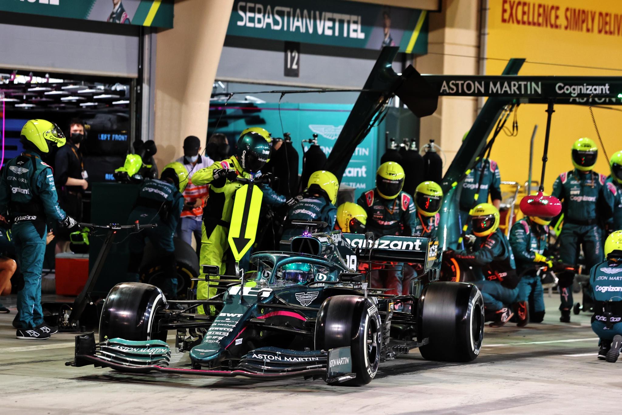 Lance Stroll (CDN) Aston Martin F1 Team AMR21 makes a pit stop.