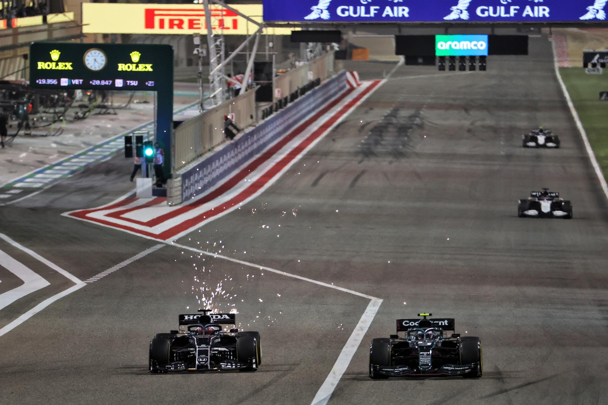 Yuki Tsunoda (JPN) AlphaTauri AT02 and Sebastian Vettel (GER) Aston Martin F1 Team AMR21 battle for position.