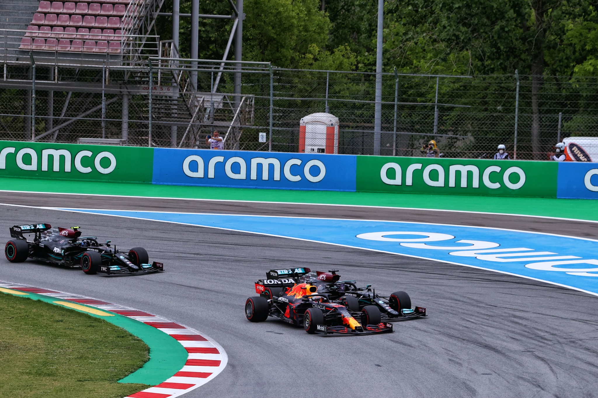 Max Verstappen (NLD) Red Bull Racing RB16B passes Lewis Hamilton (GBR) Mercedes AMG F1 W12 at the start of the race.