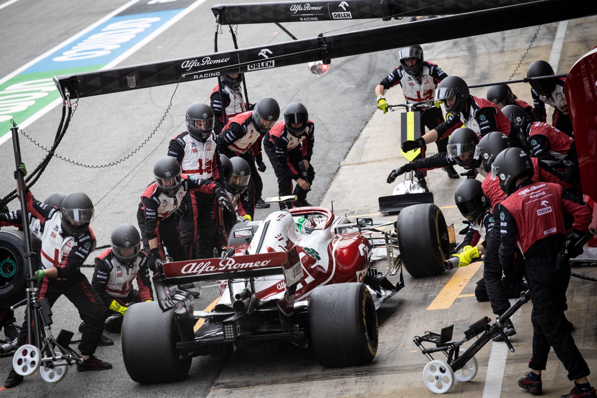 Antonio Giovinazzi (ITA) Alfa Romeo Racing C41 makes a pit stop.