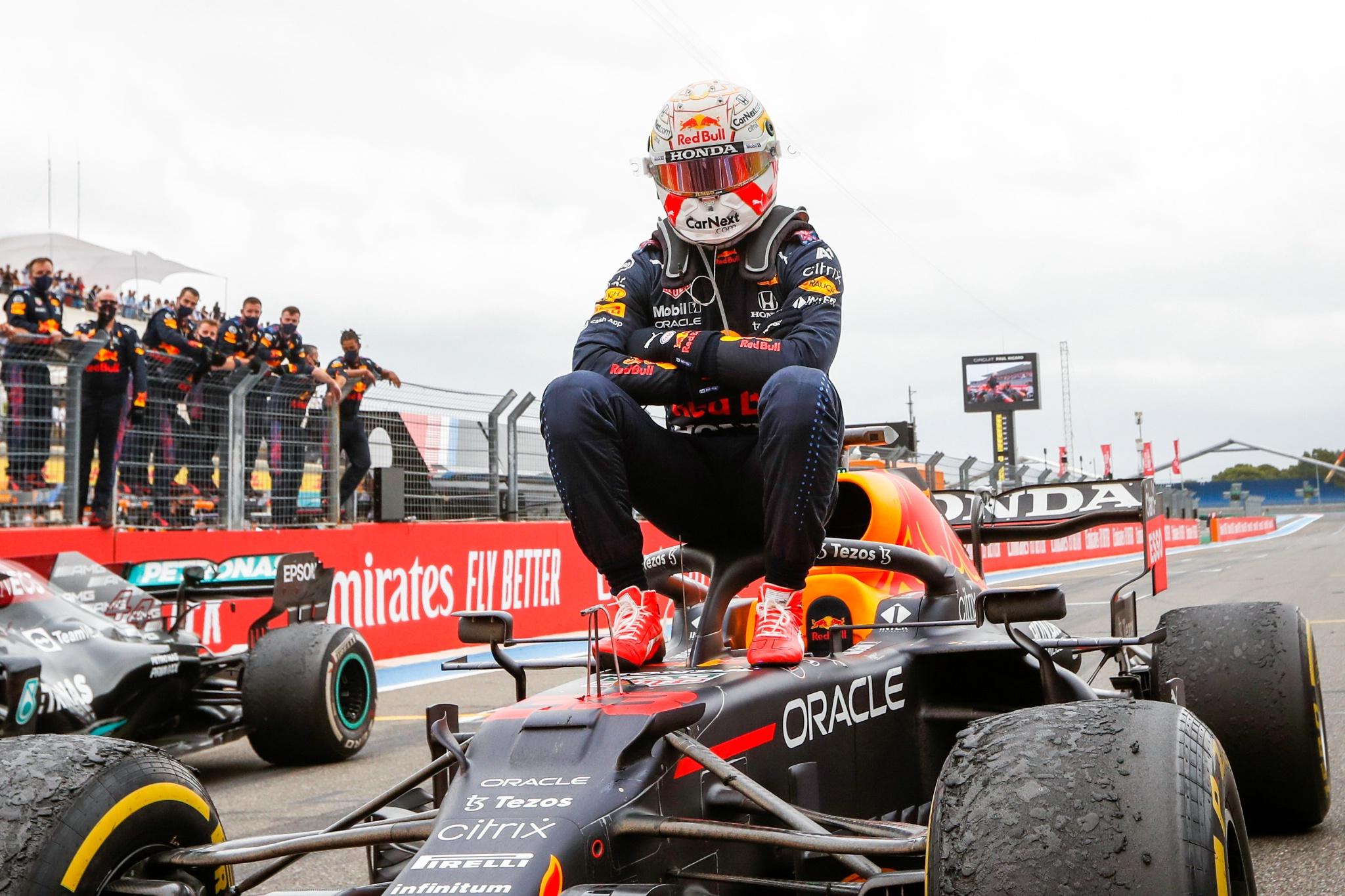 Pemenang balapan Max Verstappen (NLD) Red Bull Racing RB16B merayakannya di parc ferme.