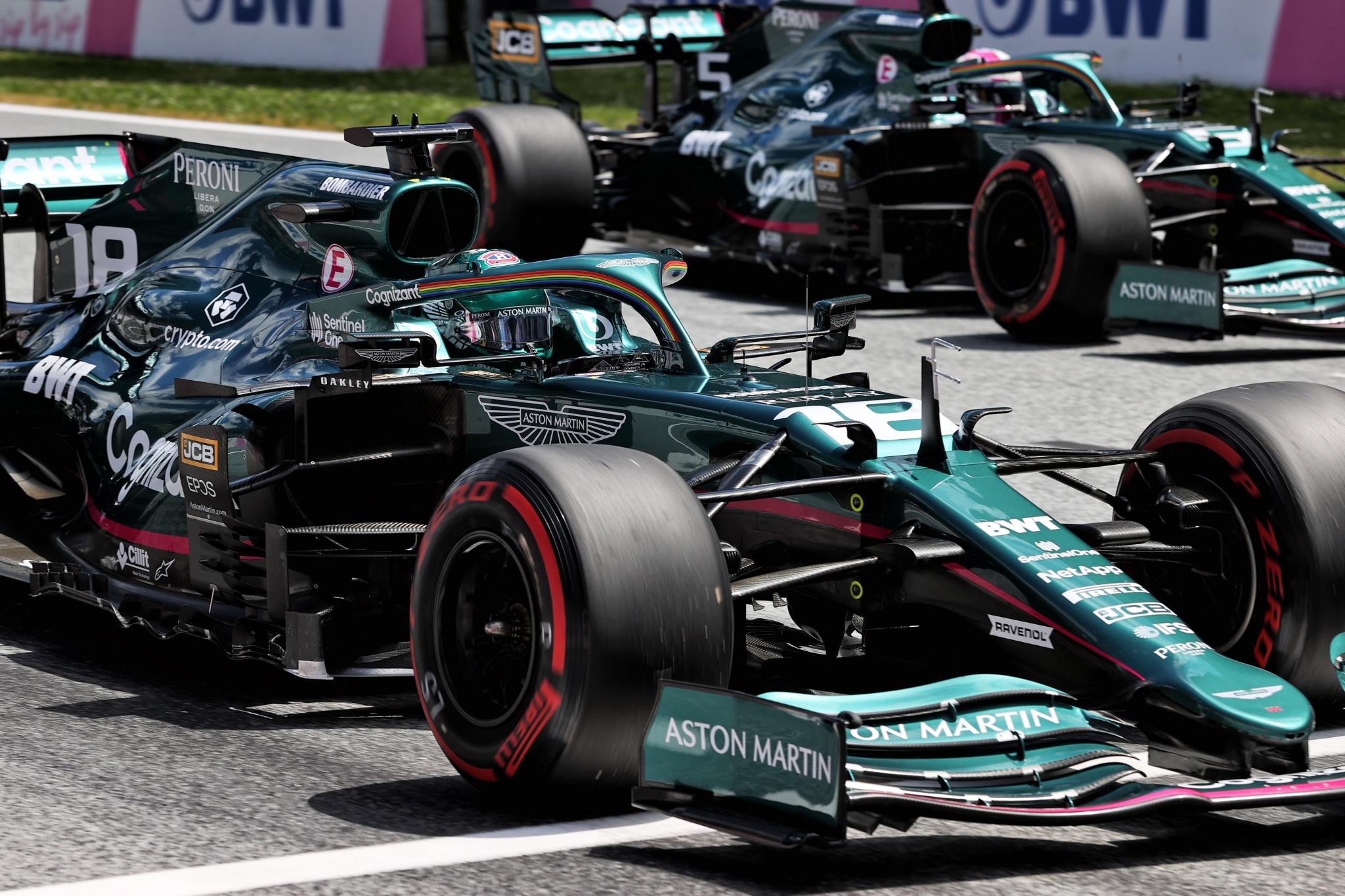 Lance Stroll (CDN) Aston Martin F1 Team AMR21 dan Sebastian Vettel (GER) Aston Martin F1 Team AMR21 - latihan dimulai.
