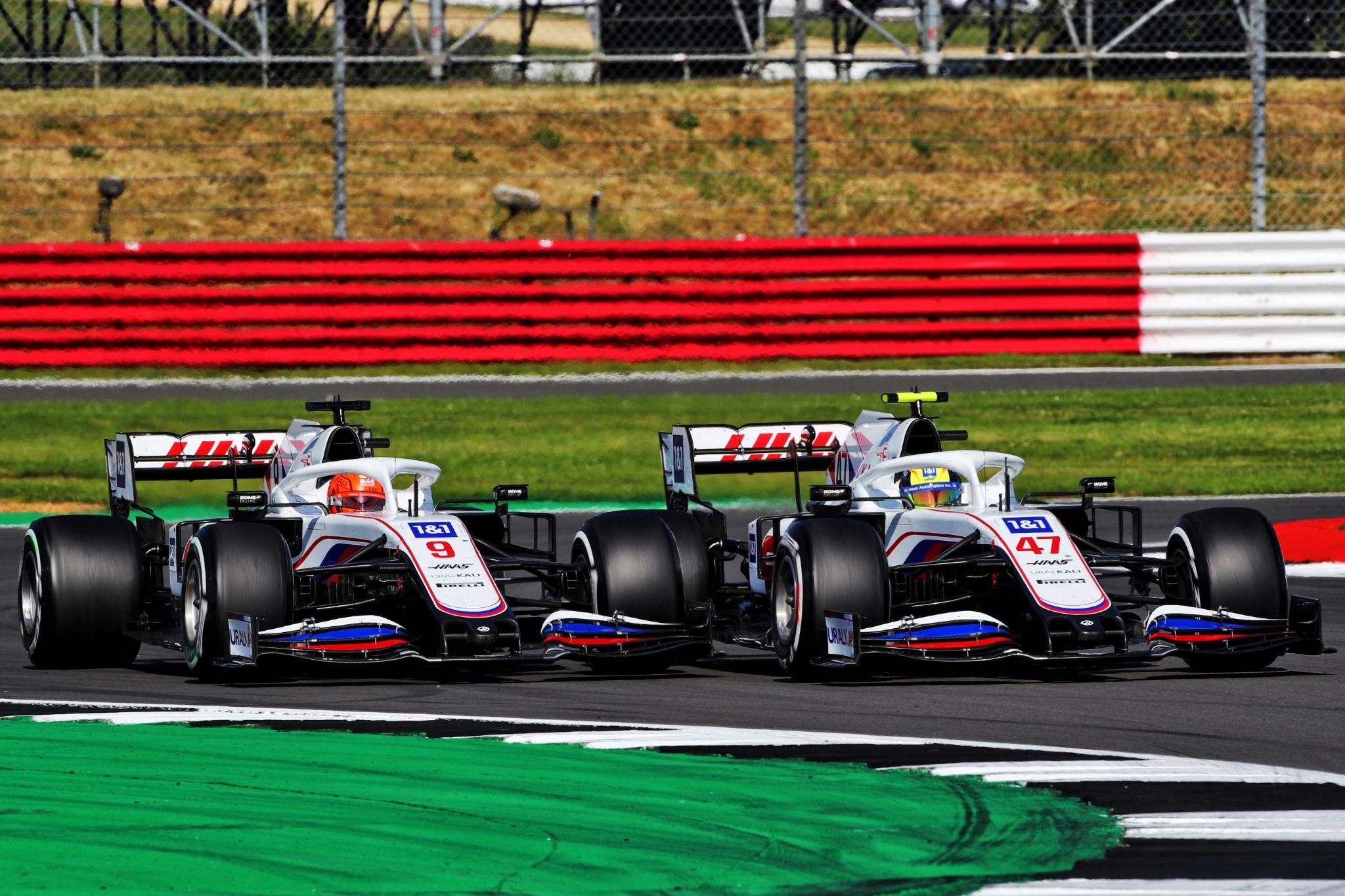 Nikita Mazepin (RUS) Haas F1 Team VF-21 dan rekan setimnya Mick Schumacher (GER) Haas VF-21 memperebutkan posisi.