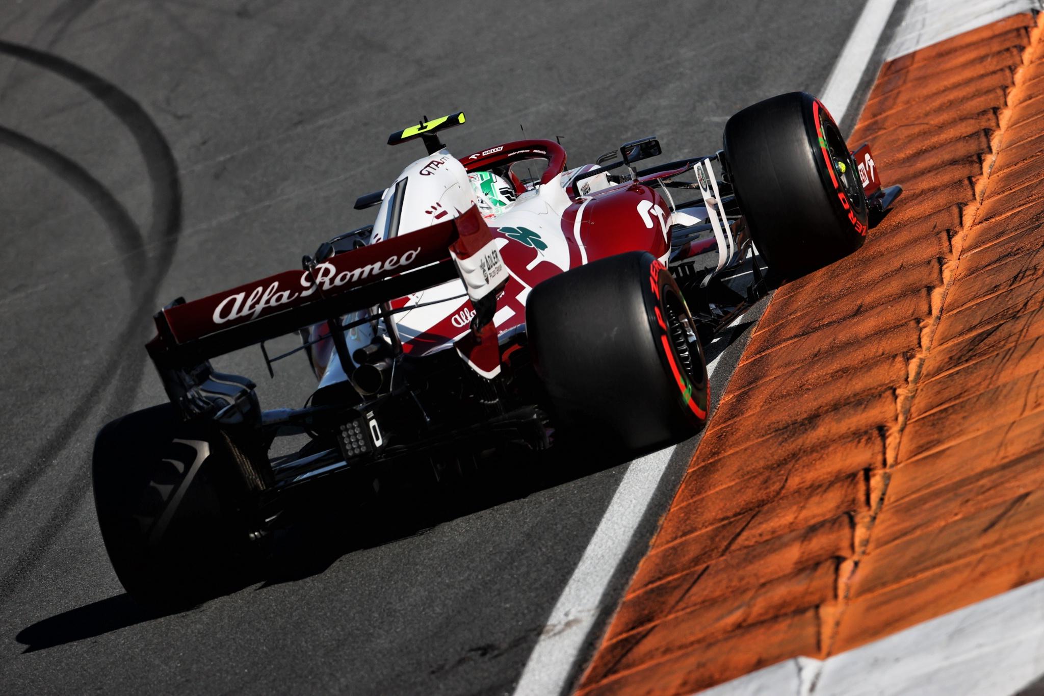 Antonio Giovinazzi (ITA) Alfa Romeo Racing C41.