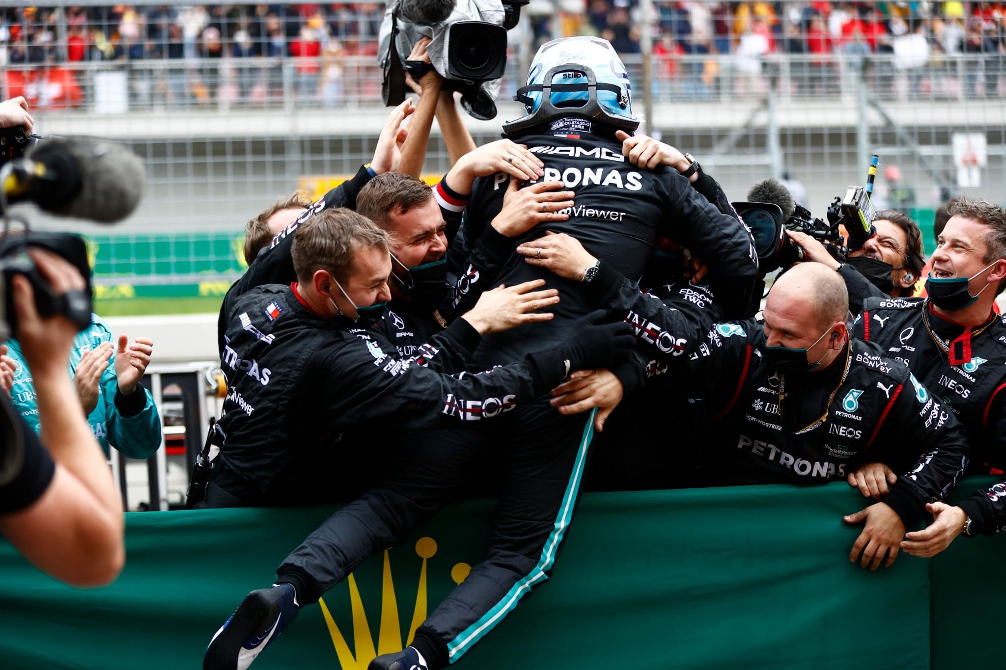 Race winner Valtteri Bottas (FIN) Mercedes AMG F1 celebrates with the team in parc ferme.