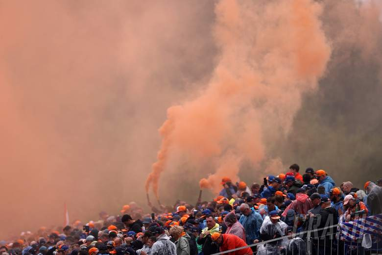 F1 drivers urge Dutch GP fans to keep flare use to a minimum
