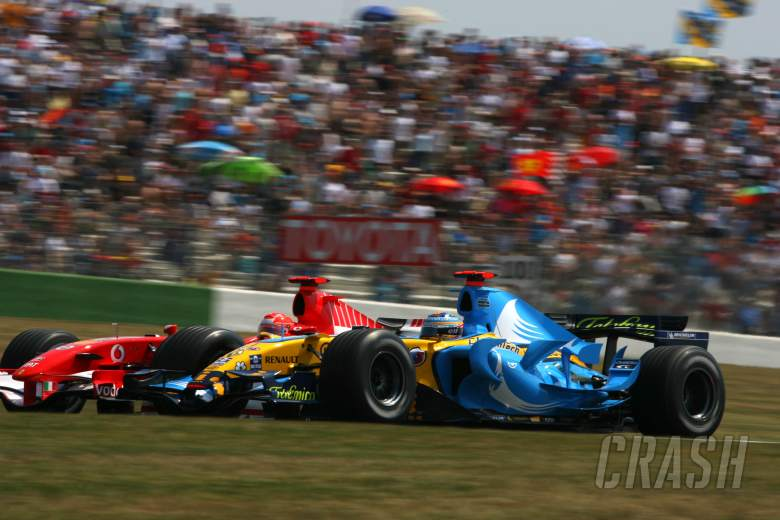 15.07.2006 Magny Cours, France, Fernando Alonso (ESP), Renault F1 Team R26 and Michael Schumacher (G