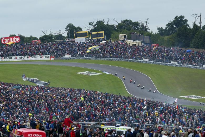 250 race action, British 250GP Race 2004