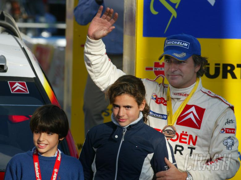 Carlos Sainz with his family on the podium in Spain