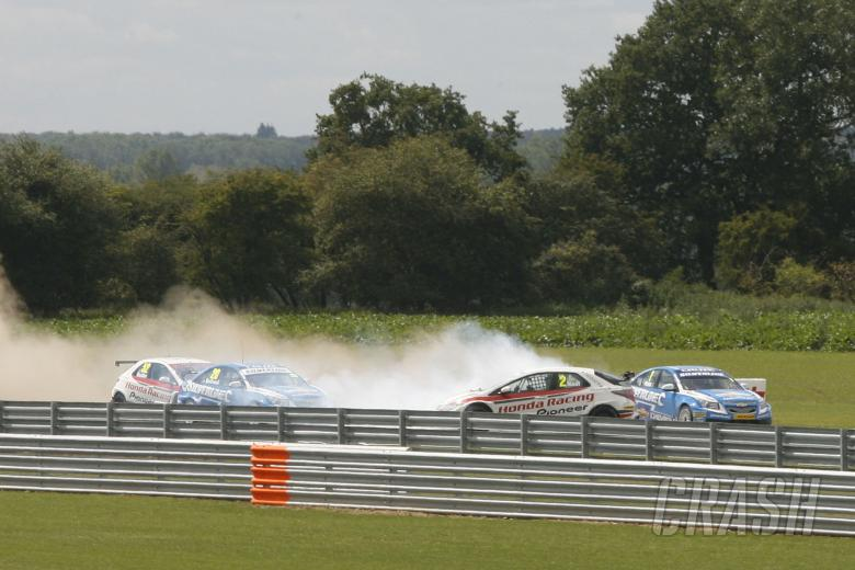 Matt Neal (GBR) Honda Racing Honda Civic and Jason Plato (GBR) RML Chevrolet Chevrolet Cruze crash