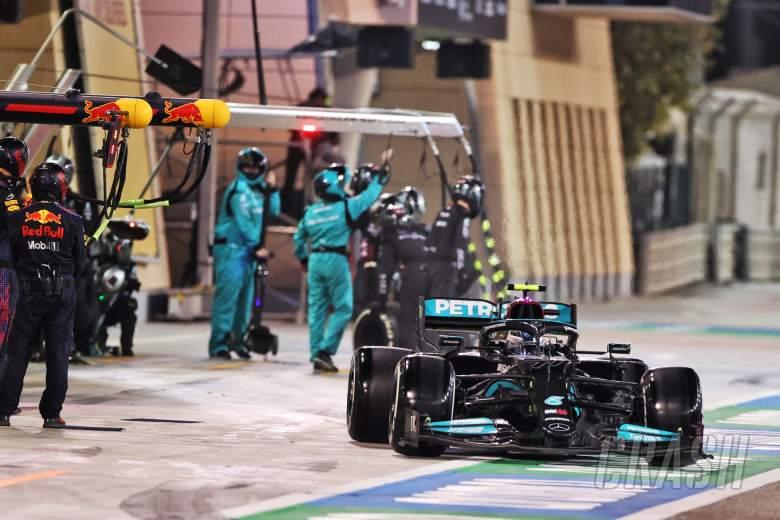 Valtteri Bottas (FIN) Mercedes AMG F1 W12 makes a pit stop.