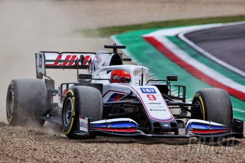 Nikita Mazepin (RUS) Haas F1 Team VF-21 runs wide.