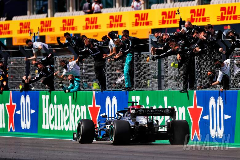 Race winner Lewis Hamilton (GBR) Mercedes AMG F1 W12 celebrates with the team at the end of the race.