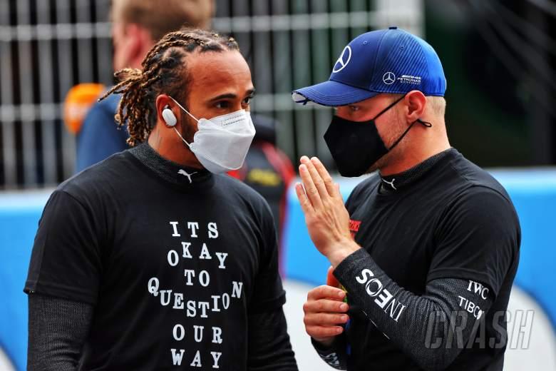 (L ke R): Lewis Hamilton (GBR) Mercedes AMG F1 dengan Valtteri Bottas (FIN) Mercedes AMG F1 di grid.