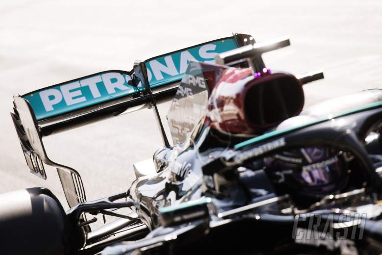 Lewis Hamilton (GBR) Mercedes AMG F1 W12 - sayap belakang dengan titik-titik untuk mengukur kelenturan.