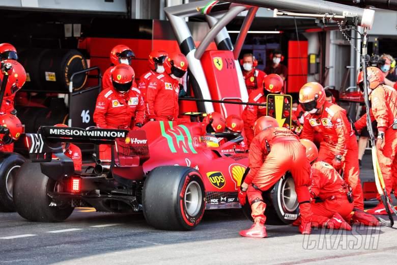 Carlos Sainz Jr (ESP) Ferrari SF-21 membuat pit stop.