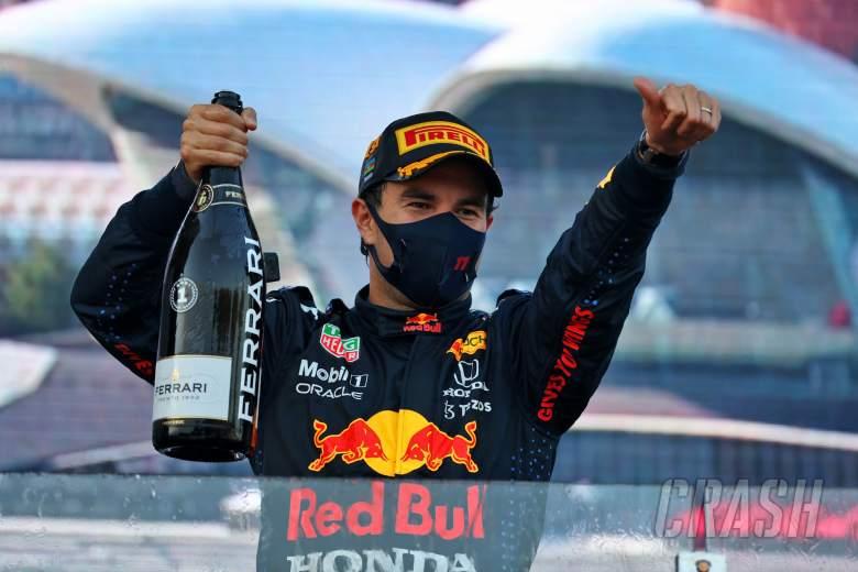 Pemenang balapan Sergio Perez (MEX) Red Bull Racing merayakannya di podium.
