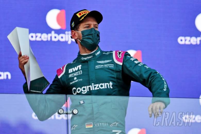 Sebastian Vettel (GER) Tim F1 Aston Martin merayakan posisi keduanya di podium.