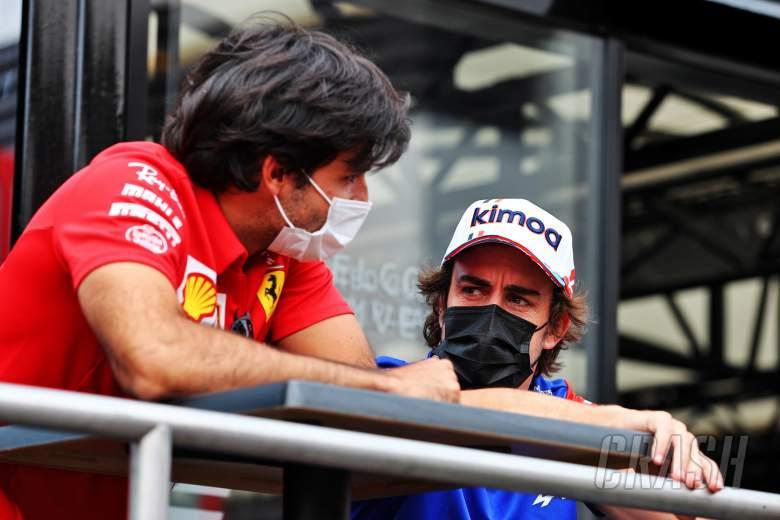 (L to R): Carlos Sainz Jr (ESP) Ferrari with Fernando Alonso (ESP) Alpine F1 Team.