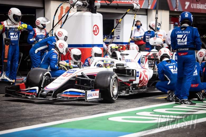 Mick Schumacher (GER) Haas VF-21 makes a pit stop.