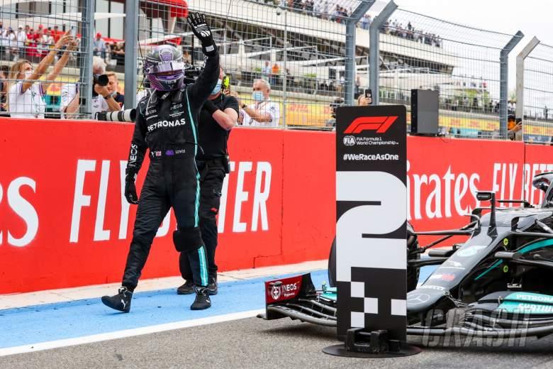Lewis Hamilton (GBR) Mercedes AMG F1 W12 merayakan posisi keduanya di parc ferme.