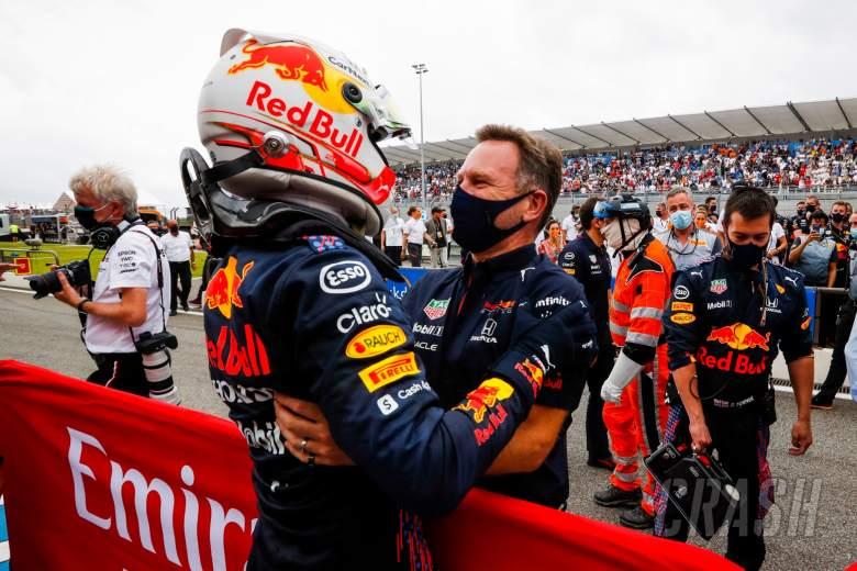 (L to R): Pemenang balapan Max Verstappen (NLD) Red Bull Racing merayakannya dengan Christian Horner (GBR) Red Bull Racing Team Principal di parc ferme.