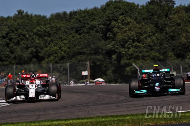 Kimi Raikkonen (FIN) Alfa Romeo Racing C41 dan Valtteri Bottas (FIN) Mercedes AMG F1 W12.