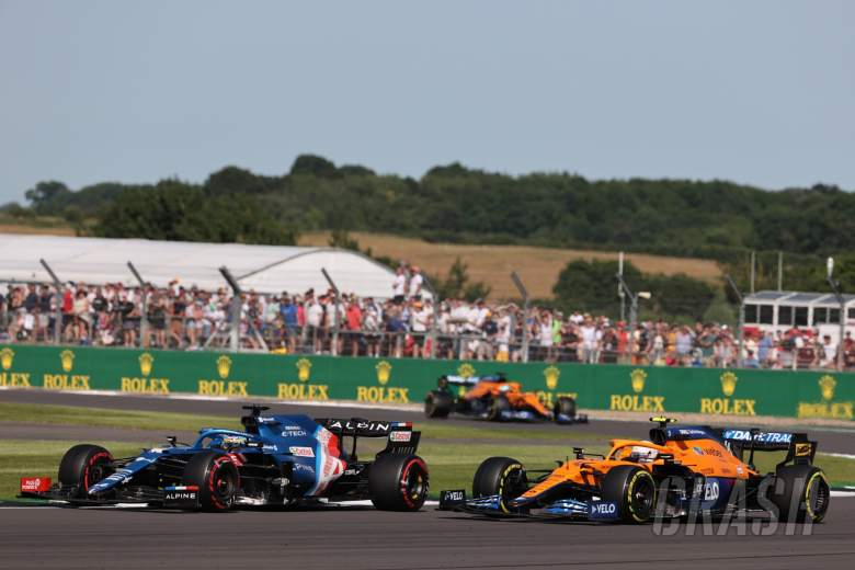 Fernando Alonso (ESP) Alpine F1 Team A521 dan Lando Norris (GBR) McLaren MCL35M.