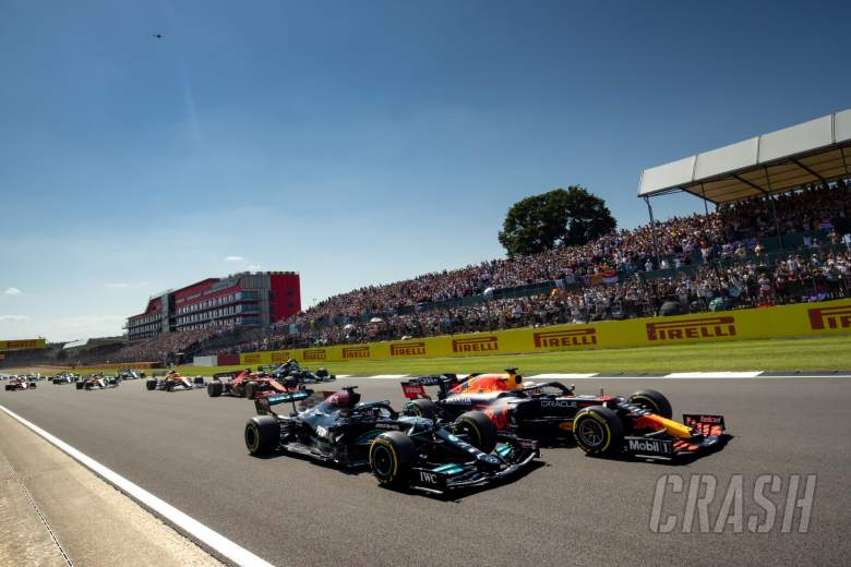 Max Verstappen (NLD) Red Bull Racing RB16B and Lewis Hamilton (GBR) Mercedes AMG F1 W12 battle for the lead at the start of the race.