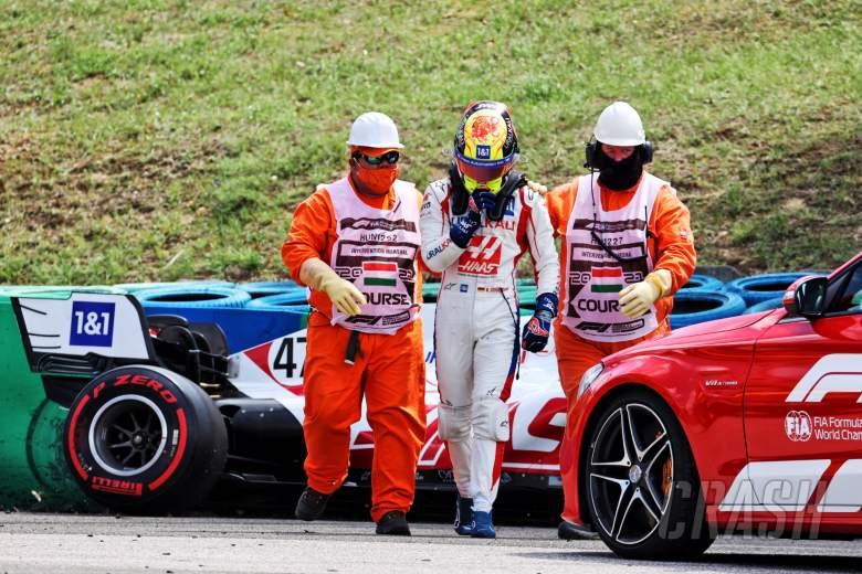 Mick Schumacher (GER) Haas VF-21 jatuh di sesi latihan kedua.