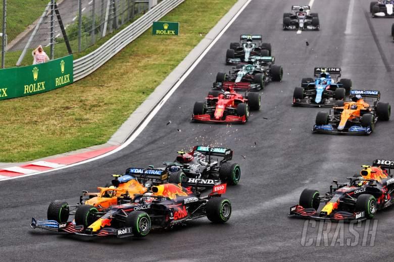Lando Norris (GBR) McLaren MCL35M menabrak Max Verstappen (NLD) Red Bull Racing RB16B setelah ditabrak oleh Valtteri Bottas (FIN) Mercedes AMG F1 W12 di awal balapan.