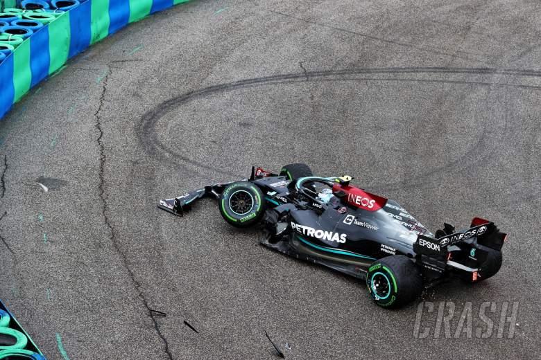 Valtteri Bottas (FIN) Mercedes AMG F1 W12 jatuh di awal balapan.