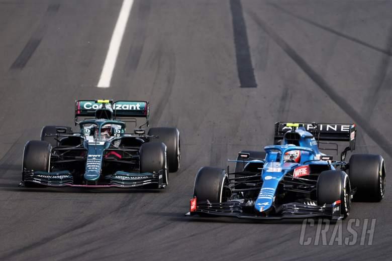 Esteban Ocon (FRA) Alpine F1 Team A521 dan Sebastian Vettel (GER) Aston Martin F1 Team AMR21 bertarung untuk memimpin balapan.