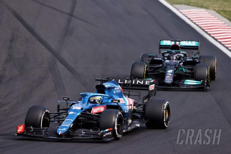 Lewis Hamilton (GBR) Mercedes AMG F1 W12 and Fernando Alonso (ESP) Alpine F1 Team A521 battle for position.