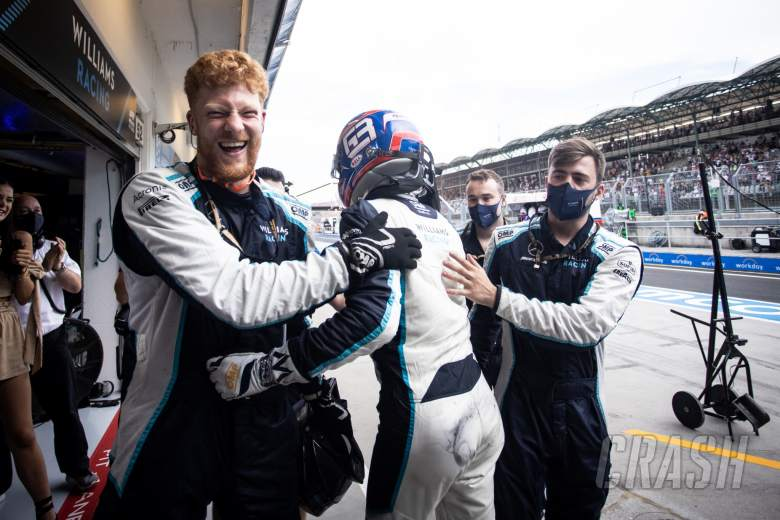 George Russell (GBR) Williams Racing celebrates ninth position with the team.