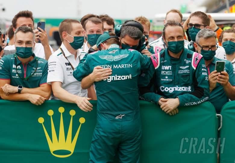 Sebastian Vettel (GER) Tim Aston Martin F1 merayakan posisi keduanya di parc ferme bersama tim.
