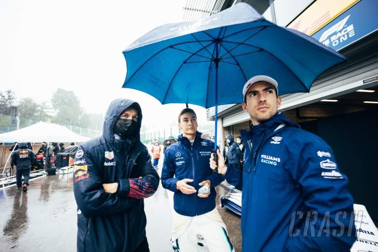 (L to R): Alexander Albon (THA) Red Bull Racing Reserve and Development Driver; George Russell (GBR) Williams Racing; dan Nicholas Latifi (CDN) Williams Racing, di pit saat balapan dihentikan.