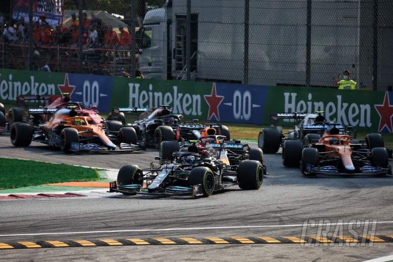 Valtteri Bottas (FIN) Mercedes AMG F1 W12 leads at the start.