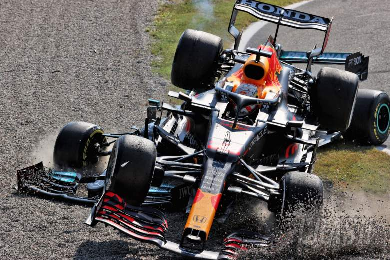Max Verstappen (NLD)红牛车队RB16B和Lewis Hamilton (GBR)奔驰AMG F1 W12在第一个发夹弯相撞。