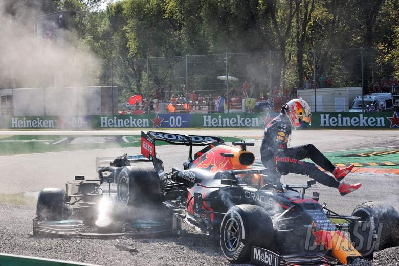 Max Verstappen(NLD)红牛赛车RB16B和Lewis Hamilton(GBR)梅赛德斯AMG F1 W12在第一个柔道上坠毁。