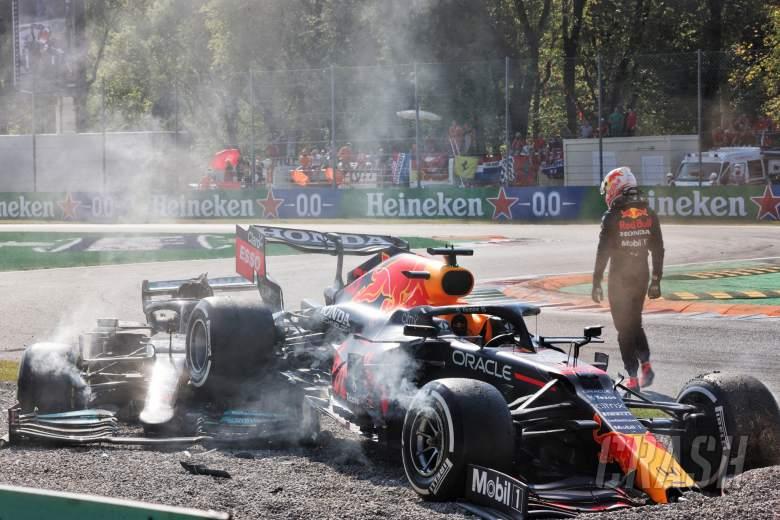 Max Verstappen (NLD)红牛车队RB16B和Lewis Hamilton (GBR)奔驰AMG F1 W12在第一个发夹弯道相撞。