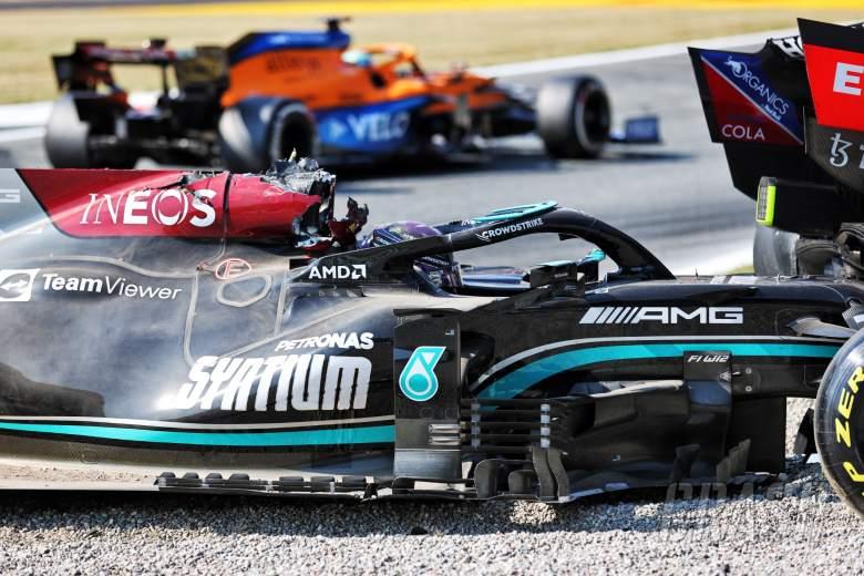 刘易斯汉密尔顿(GBR)梅赛德斯AMG F1 W12在第一个聪明人的Max Verstappen(NLD)红牛赛车后。