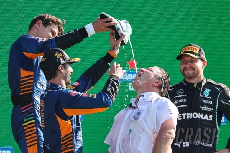 Zak Brown (AS), Direktur Eksekutif Tim McLaren F1, Daniel Ricciardo (AUS), Tim F1 McLaren, Lando Norris (GBR), Tim F1 McLaren dan Valtteri Bottas (FIN), Mercedes AMG F1