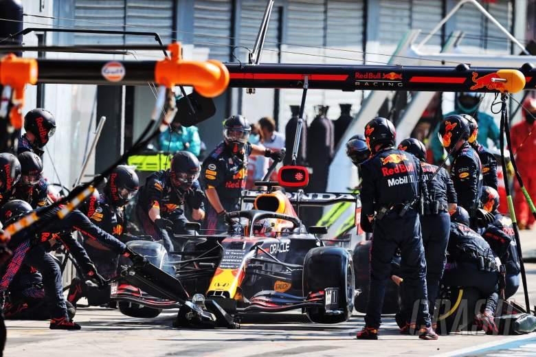 Max Verstappen (NLD) Red Bull Racing RB16B melakukan pit stop - tertunda karena masalah dengan roda depan kanan.