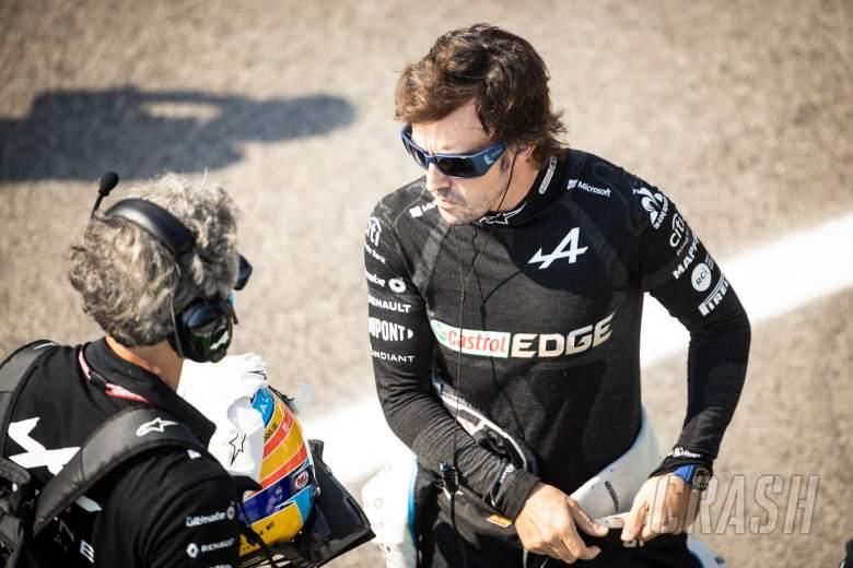 费尔南多·阿隆索(ESP)阿尔卑斯F1车队与埃多阿尔多·本迪内利(ITA)阿尔卑斯F1车队私人教练在网格上。