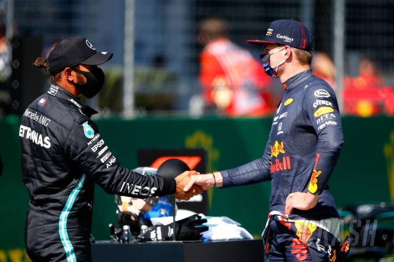 Hamilton menghindari penalti meski lintasan melanggar batas, menjaga barisan depan