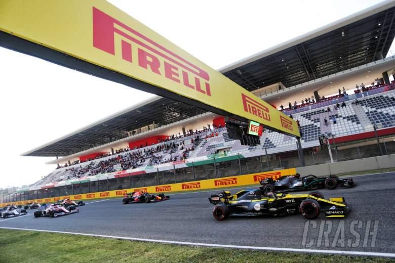 Daniel Ricciardo (AUS) Renault F1 Team RS20 and Valtteri Bottas (FIN) Mercedes AMG F1 W11 at the restart of the race.
