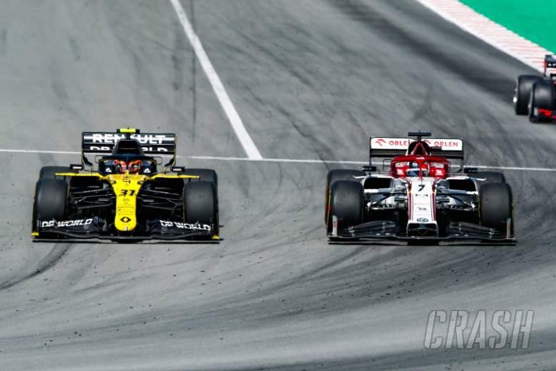 Esteban Ocon (FRA) Renault F1 Team RS20 and Kimi Raikkonen (FIN) Alfa Romeo Racing C39 battle for position.