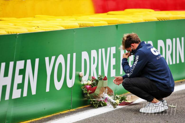 Pierre Gasly (FRA) AlphaTauri pays his respects to Anthoine Hubert.